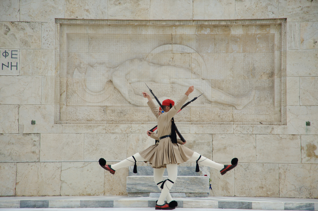 Watch the change of the guard outside the Greek Parliamen (Picture by Daxis / Flickr)