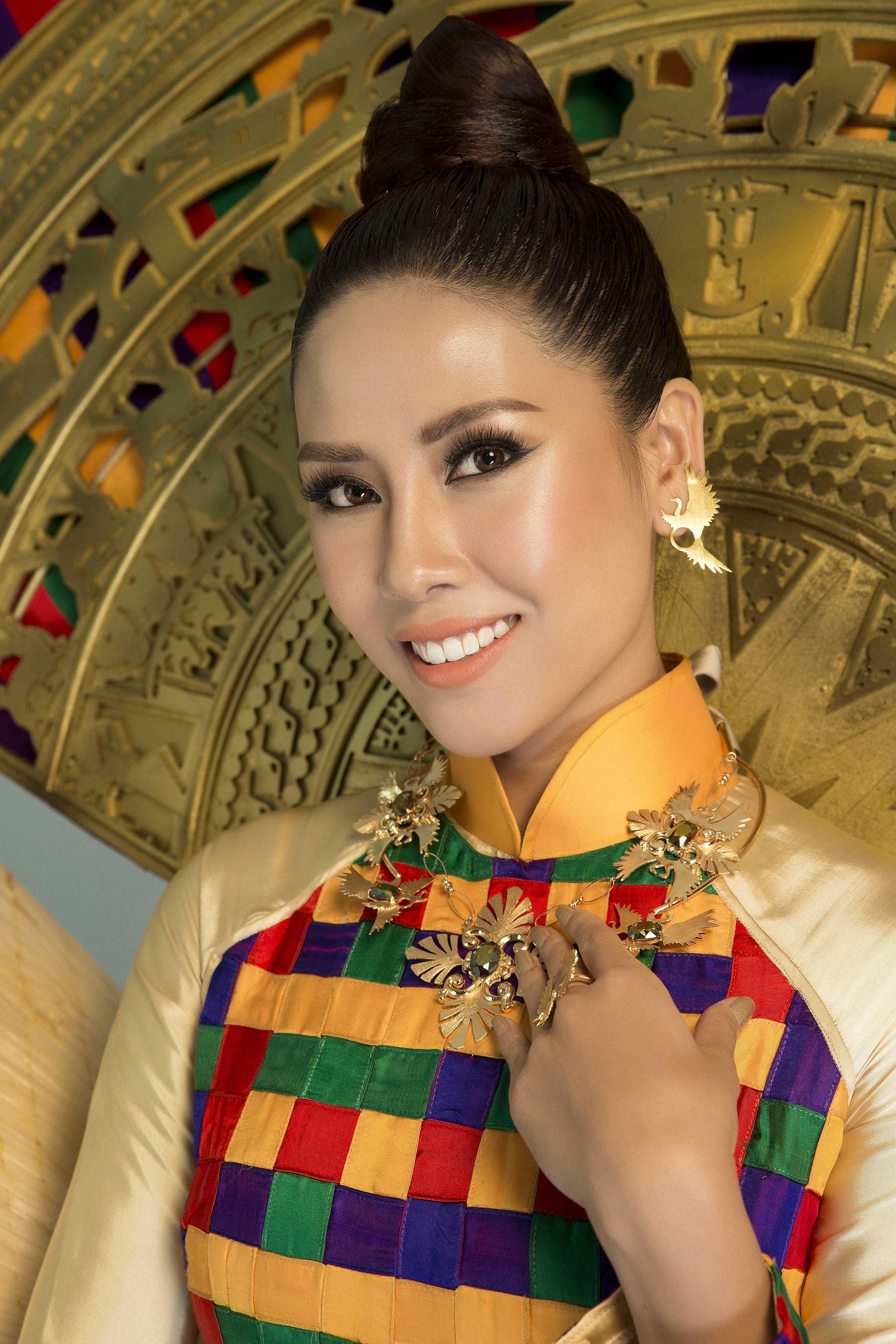 Miss Univers Vietnam 2017,  Loan Nguyen  porte les colliers 'Khaleesia' et 'Hyrioös', les boucles d'oreilles et la bague 'Meridaâ'.