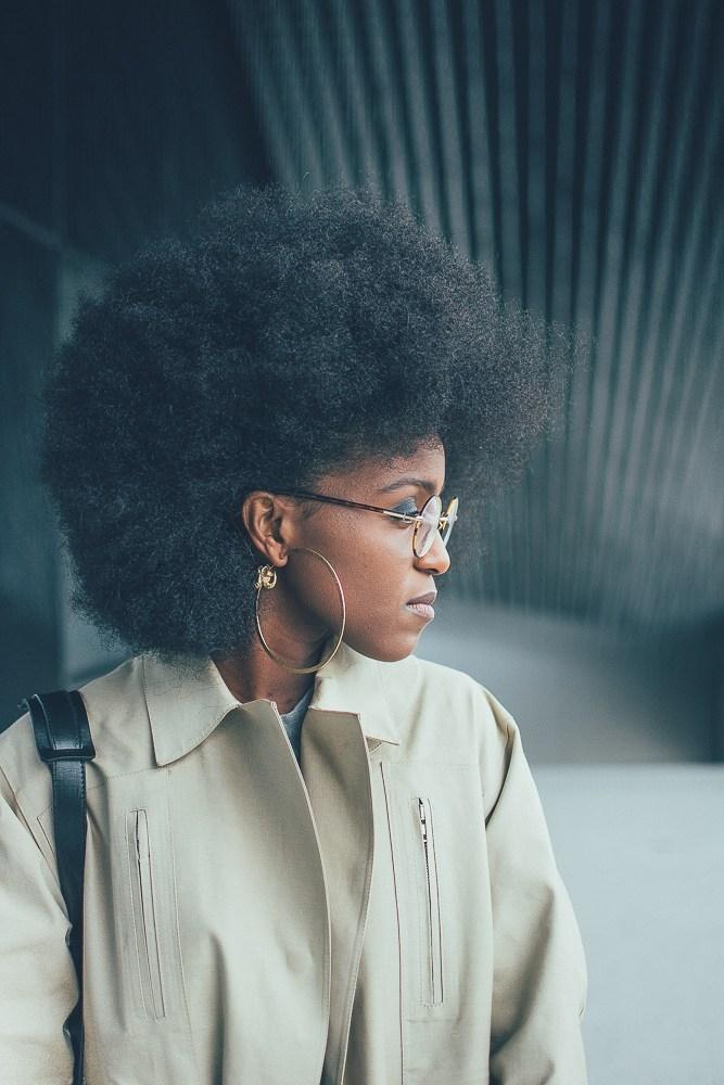 Nelly , blogueuse porte les boucles d'oreilles 'Hycliad',les boucles d'oreilles 'Naâtchaya'et la bague 'Hyrioös'(2016).