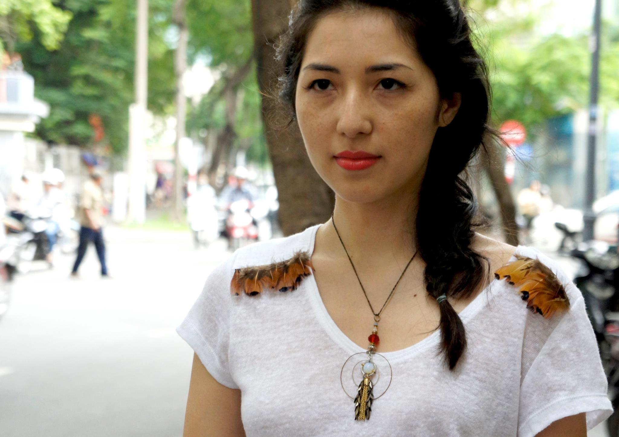 Magali An Berthon , reporter et designer textile. Magali porte un collier unique La Fiancée du Facteur et un top Linda Mai Phung. (Viêt-Nam, 2012)