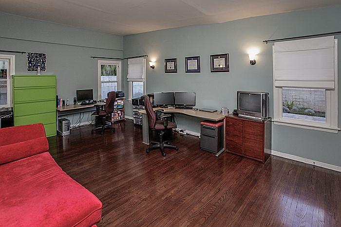 office1_700.jpg