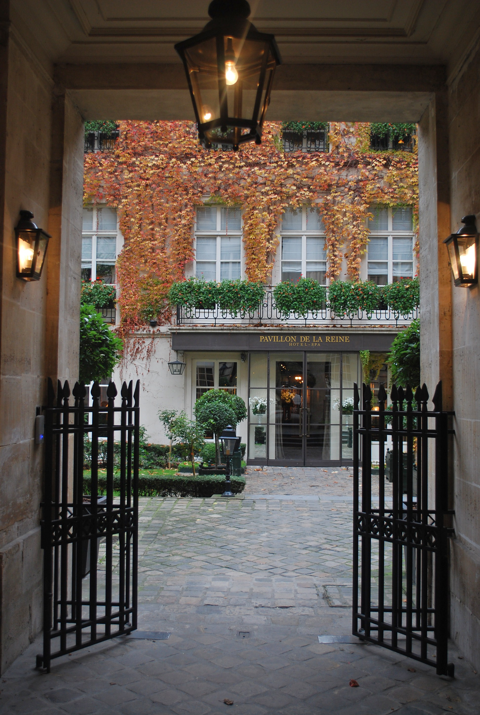 Paris Pavillon de la Reine.JPG
