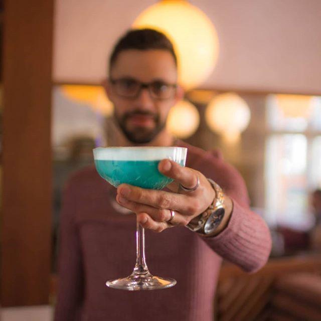 🇬🇧 The iroise cocktail and its blue lagoon color... 🤩  What's your favorite cocktail at MAMIE'S? 🍹  Tell us down below. 👇 . . 🇫🇷 Le cocktail iroise et sa couleur bleu azur... 🤩  Quel est votre cocktail préféré chez MAMIE'S ?🍹Dites le nous en commentaire 👇 . . #MAMIESLondon #Bretagne #Britanny #Drink #Cocktail #LondonRestaurant #Curacao #Gin #Apero #ChefConnected #LdnCheapEats