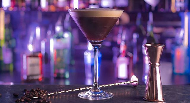 🇬🇧 MAMIE'S Espresso Martini, a famous cocktail revisited by us. Made of 30 & 40  apéritif de normandie, sugar syrup, an Espresso, with coffee liquor , simply garnished with some coffee beans. A must try! ☕🍸 . . 🇫🇷 MAMIE'S Espresso Martini, un célèbre cocktail revisité par nos soins. À base de 30&40 apéritif de normandie, syrop de sucre, un Espresso, de la liqueur de café et garnis avec quelques grains de café. À essayer ABSOLUMENT. ☕🍸 . #LONDON #LondonCocktails #Drinks #EspressoMartini #SoGood #Delicieux #Coffee #LondonLife #CoventGarden #Cocktail #TGIF #FridayFeeling #Friyay