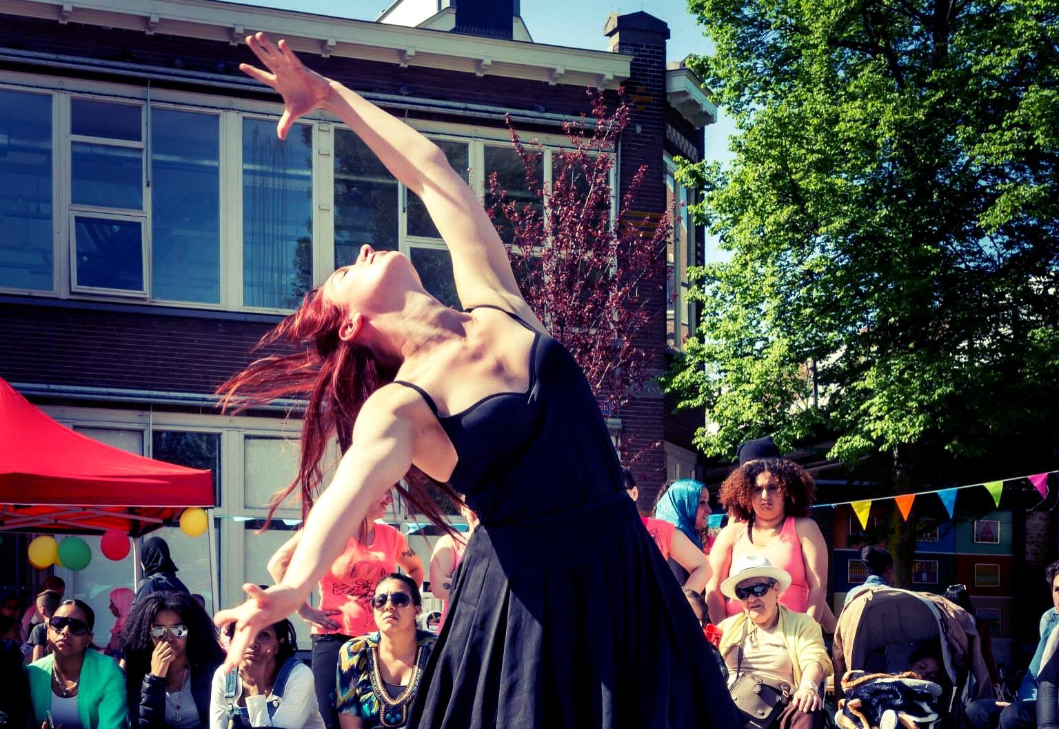 Optreden moderne dans ammersooieplein agniesebuurt Rotterdam Noord Melanie Dijksma, foto Joop Bastinck