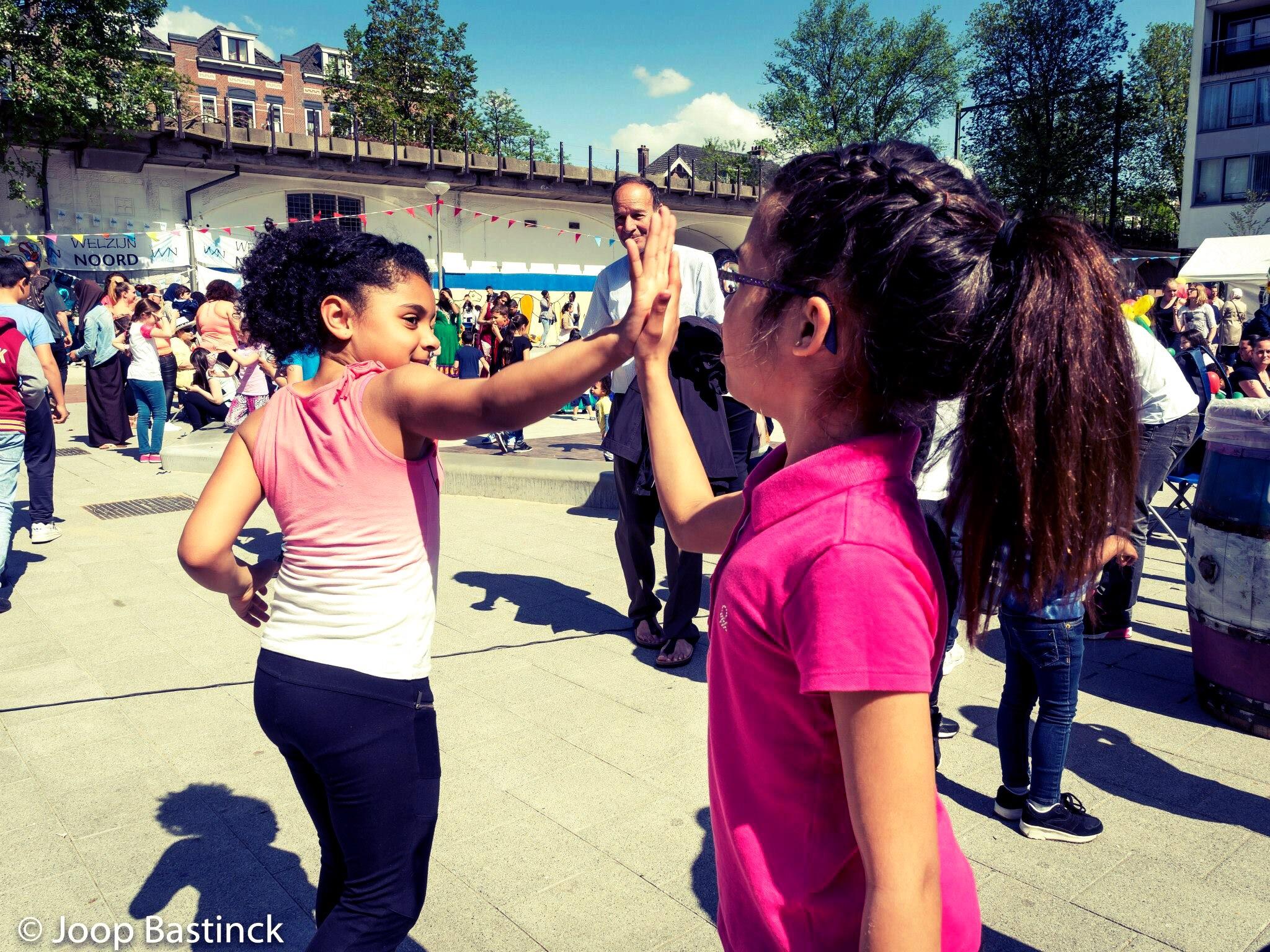 De meiden van streetdance 8+ hebben er weer zin in! Optreden Koningsvelderplein, lis kwartier, Rotterdam Noord. Foto Joop Bastinck.