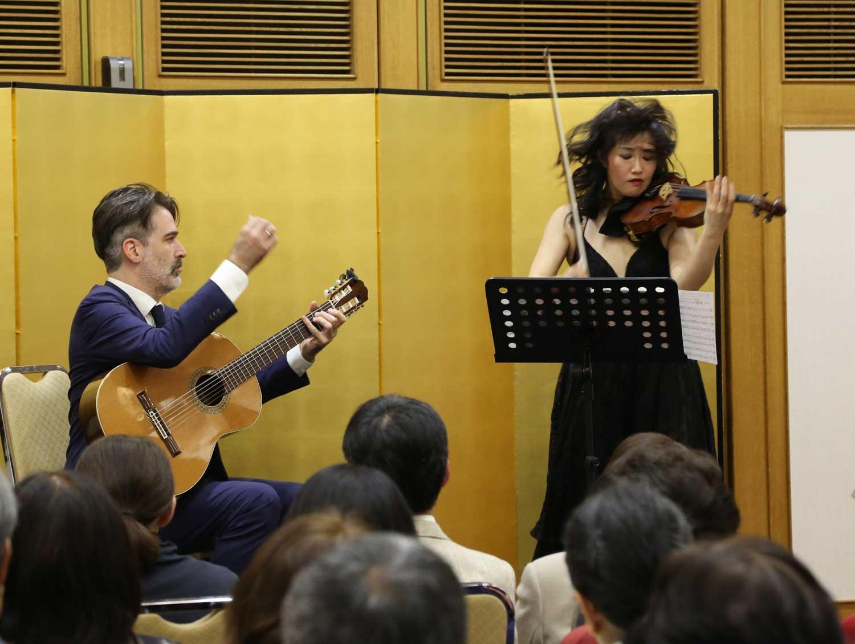 鎌倉芸術館(集会室)でのコンサートの模様!On Fire! A photo of the concert at Kamakura Performing Arts Center in April, with Adam Tully. Photo by Mariko Irie