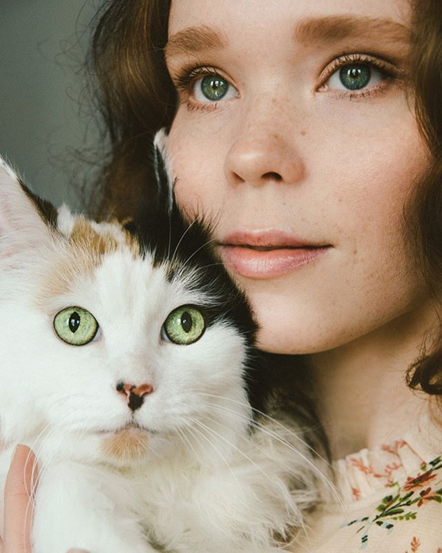 A portrait of two green eyed beauties @norwhal 🐈 #naturallightportrait