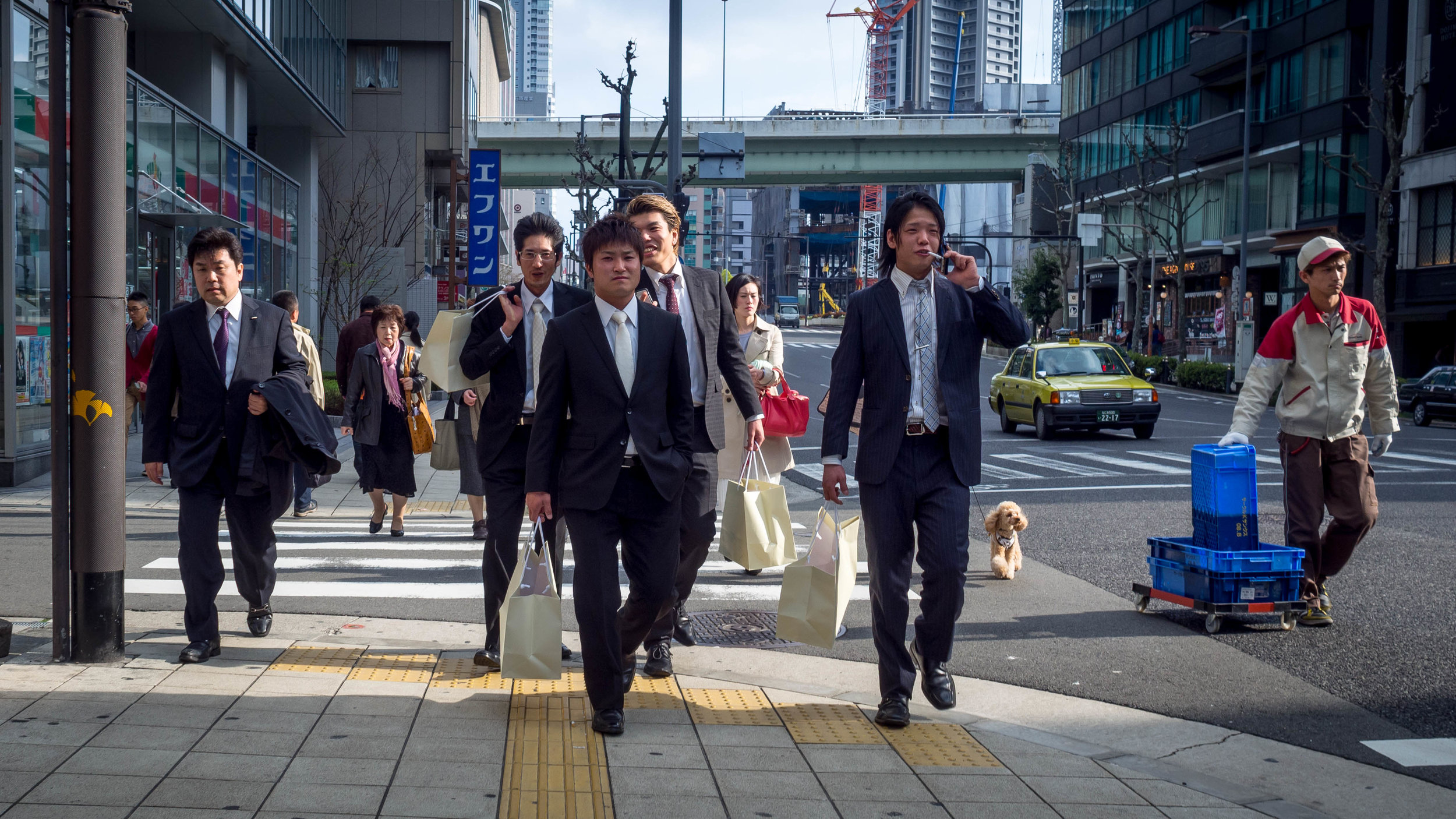 Two rare occasions where the slightly tighter and more compressed 25mm worked well, on Osaka's wide main streets.