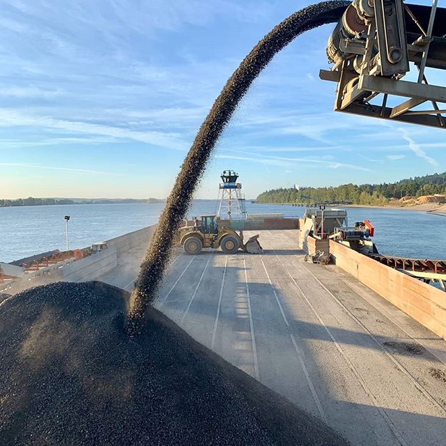 Loading the new #kniferiver barge at Waterview. Photo cred: Matt #bernertbargelines #tugboat #barge #columbiariver