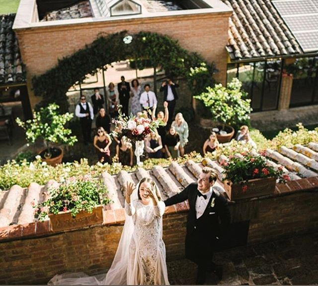 It's days like these that we live for! ❤️💐 @hollyriddlee & Josh Photo by @gabrielefaniphotographer