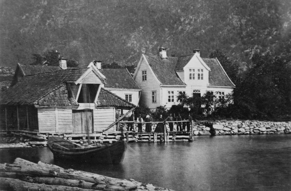Ole Kvigne Bought Holmen Guesthouse in 1877. Gradually this became Kviknes Hotel . Together with his wife Kari and brother Knut , they continued building in 1884 and 1885 at the guesthouse.