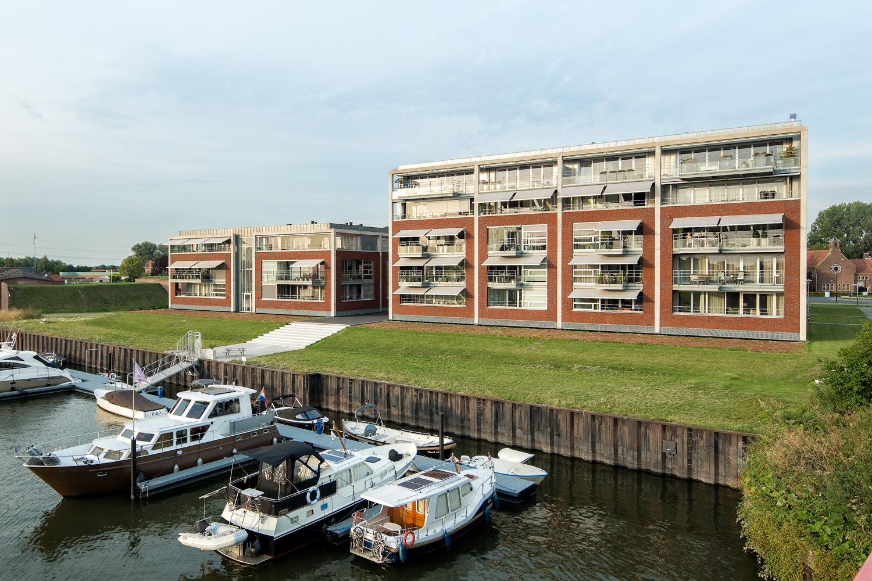 Appartementencomplex De Werff in Raamsdonksveer, gelegen aan een kleine jachthaven