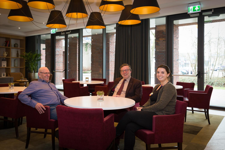 V.l.n.r.: de heer van Bree, bewoner, Anton Metske, bestuurder van Archipel, en Michella Donkers, contactverpleegkundige