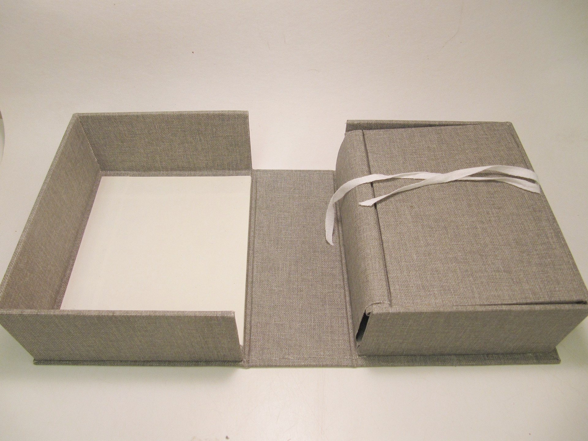 Clamshell box with integrated cradle.