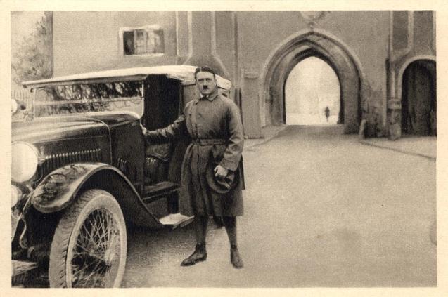 Hitler saliendo de prisión (1924)