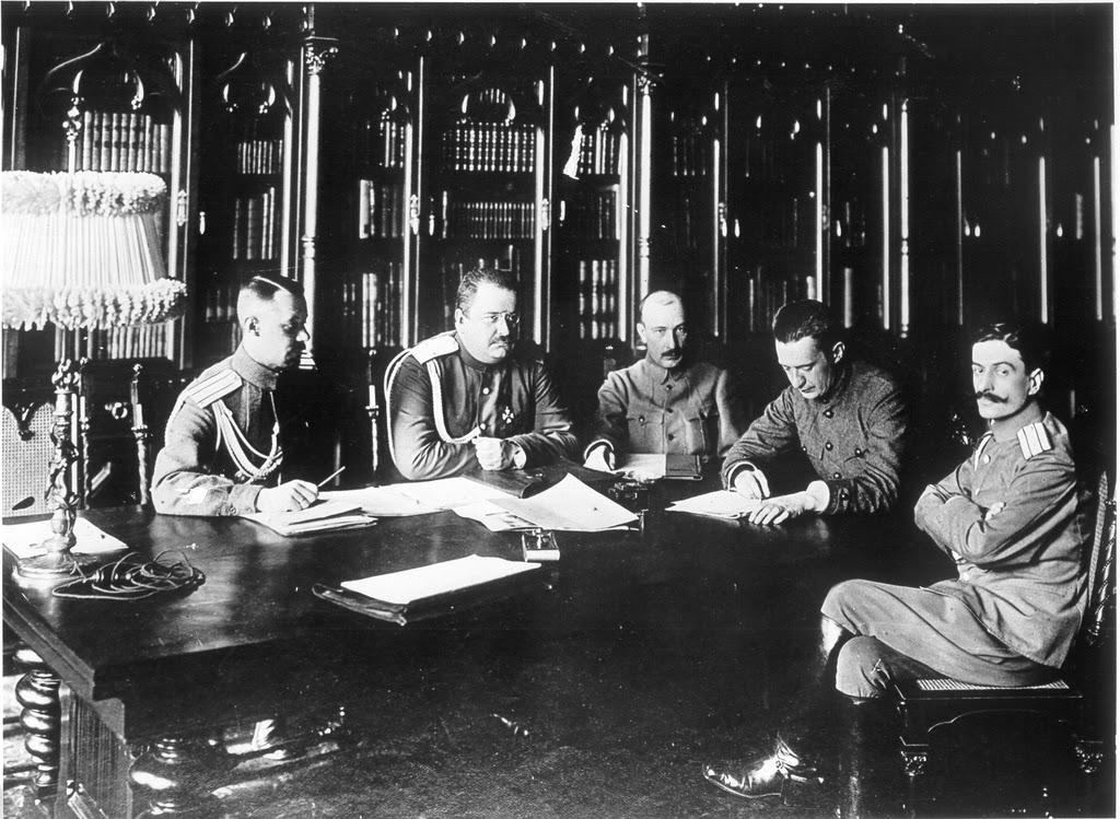 Kerenski (ministro de Guerra) cuarto de izquierda a derecha