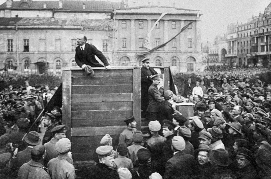 Lenin dirigiéndose a las multitudes (a su derecha, Trotsky, el segundo de pie en la escala)