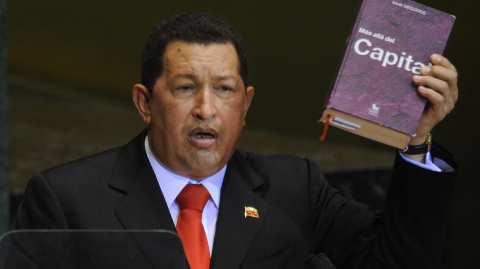 Chávez con el mismo libro del autor