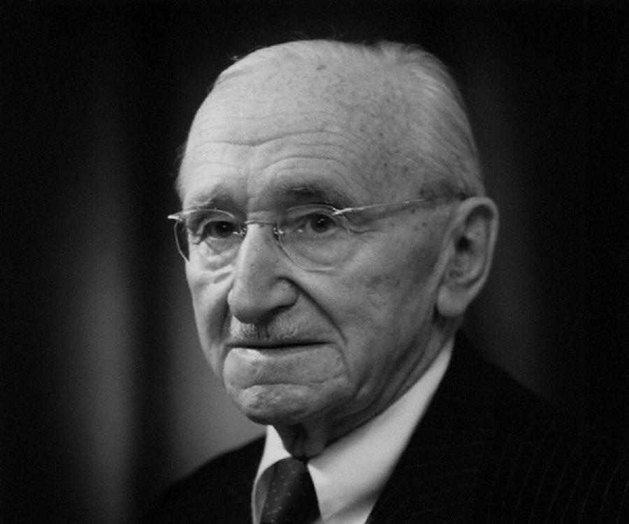F. A. Hayek. El polímata austriaco fue un duro enemigo de quienes, no sólo tenían pretensiones de planificar hasta en sus más mínimos detalles la economía, sino que también la sociedad en su conjunto. Esto era epistemológicamente imposible. De ahí que para Hayek el socialismo era un error intelectual.