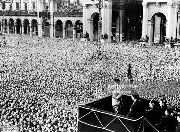 Mussolini dirigiéndose a las masas
