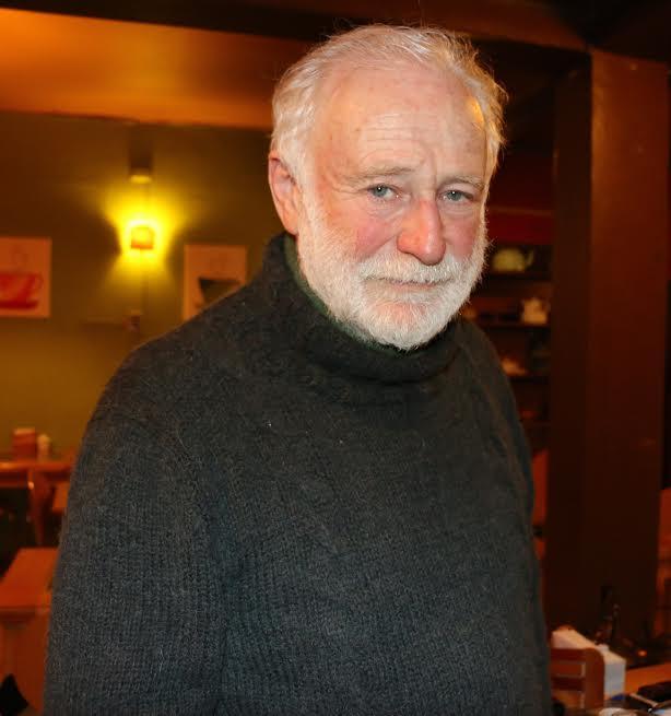 Manuel Riesco, Ingeniero Civil Industrial,miembro fundador del Movimiento de Acción Unitaria (MAPU) y militante de las Juventudes Comunistas. También cursó sus estudios en la década de 1980 en el Instituto de Ciencias Sociales de la Academia de Ciencias de la Unión de Repúblicas Socialistas Soviéticas (URSS). También es uno de los fundadores del Centro de Estudios de Desarrollo Alternativo CENDA.