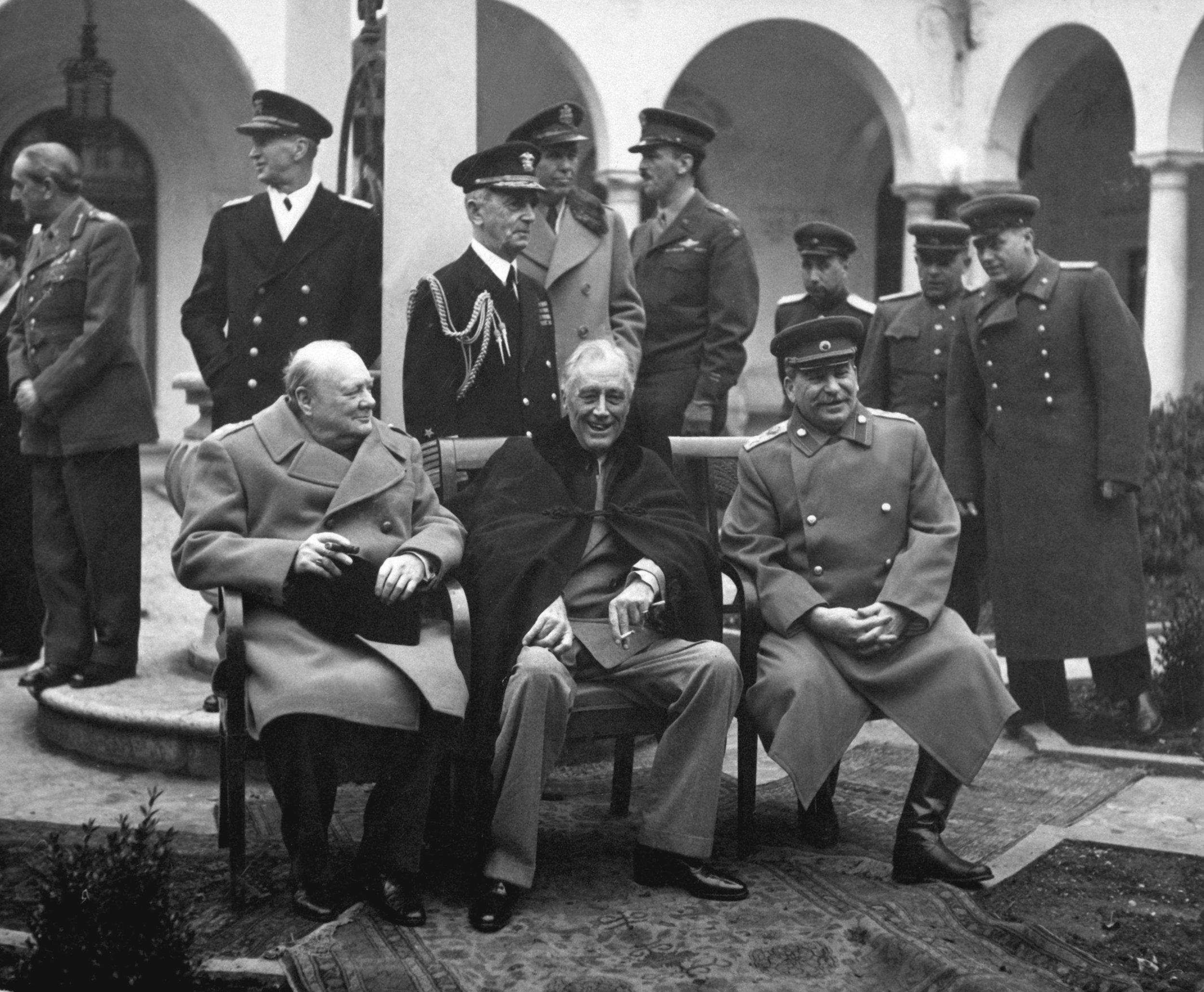 Winston Churchil (Inglaterra), F.D. Roosevelt (EEUU)y Stalin (Unión Soviética) participando en el reordenamiento de Europa tras el final de la guerra.