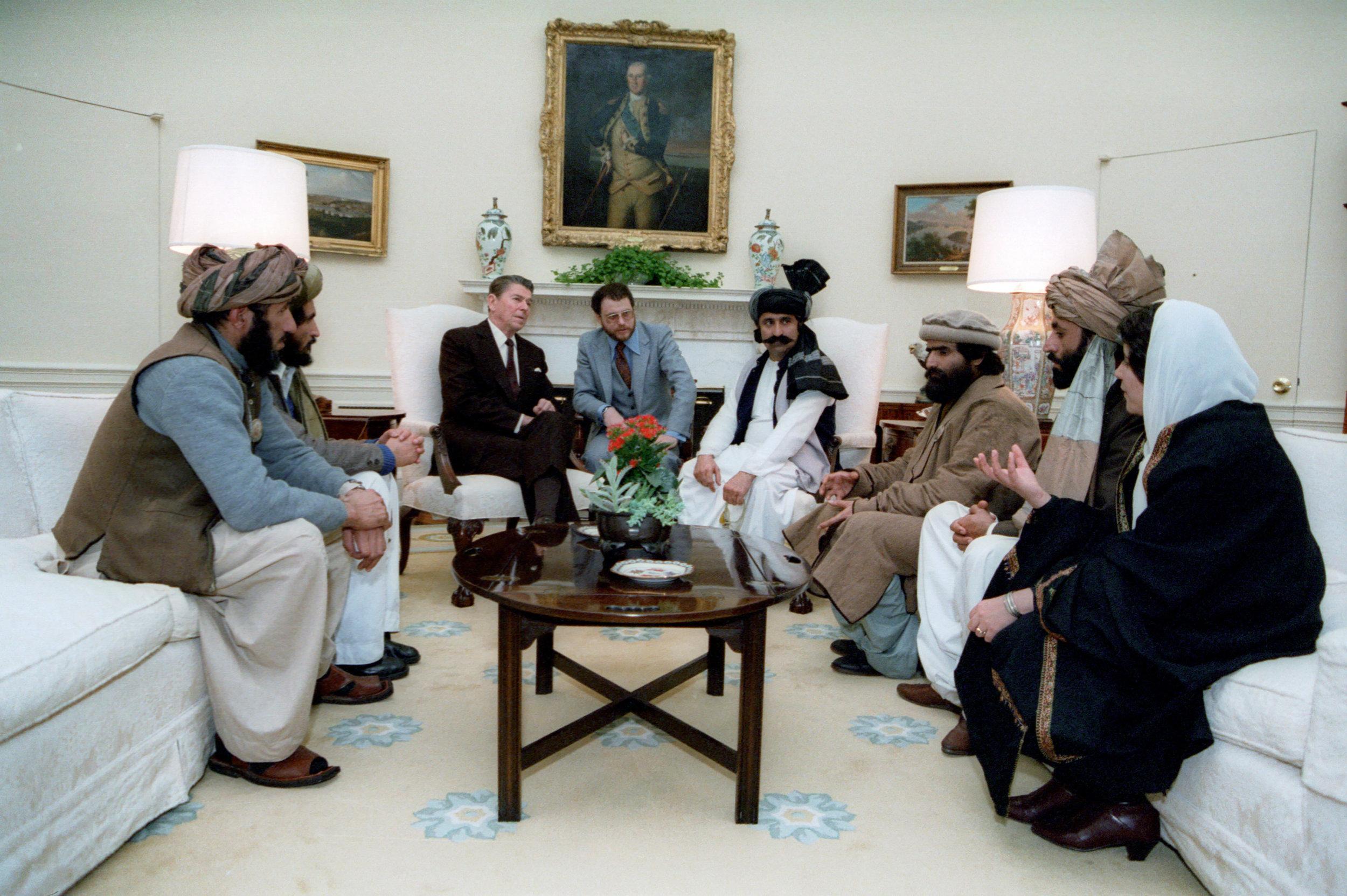 Ronald Reagan recibiendo a líderes Muyahidines