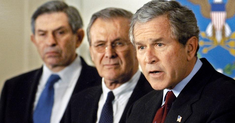 George W. Bush y dos neoconservadores influyentes: Paul Wolfowitz y Donald Rumsfeld.