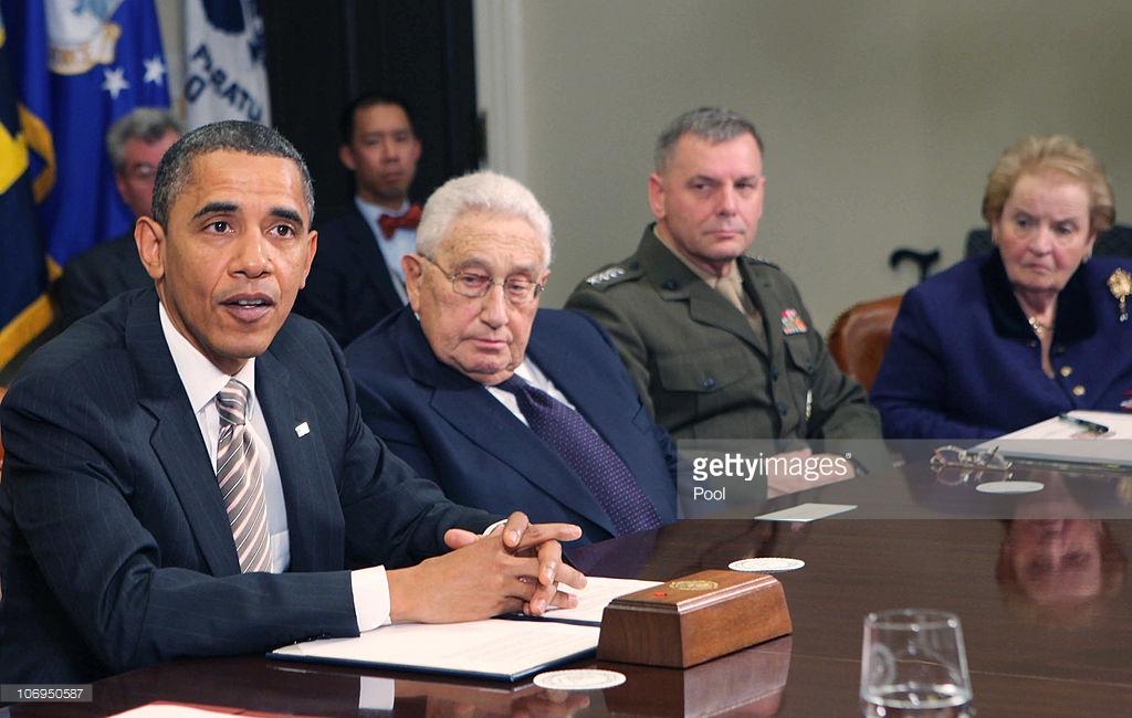 Barack Obama junto a Kissinger y la ex-Secretara de Estado (nacida en Checoslovaquia) Madeleine Albright
