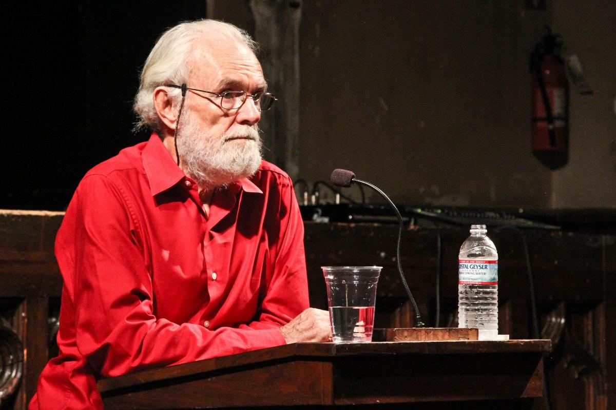 """David Harvey es un geógrafo británico graduado de la Universidad de Cambridge. Harvey es uno de los principales autores marxistas, es conocido por sus clases y escritos donde realiza un interesante estudio y comentario de """"El Capital"""" de Marx (Reading Marx's Capital). También es conocido por su libro sobre el Neoliberalismo, que ha servido de lectura para todos aquellos críticos del denominado sistema neoliberal.Otra de sus influyentes obras es sobre la condición Posmoderna.Actualmente es Distinguished Professor de Antropología y Geografía en la  City University of New York."""