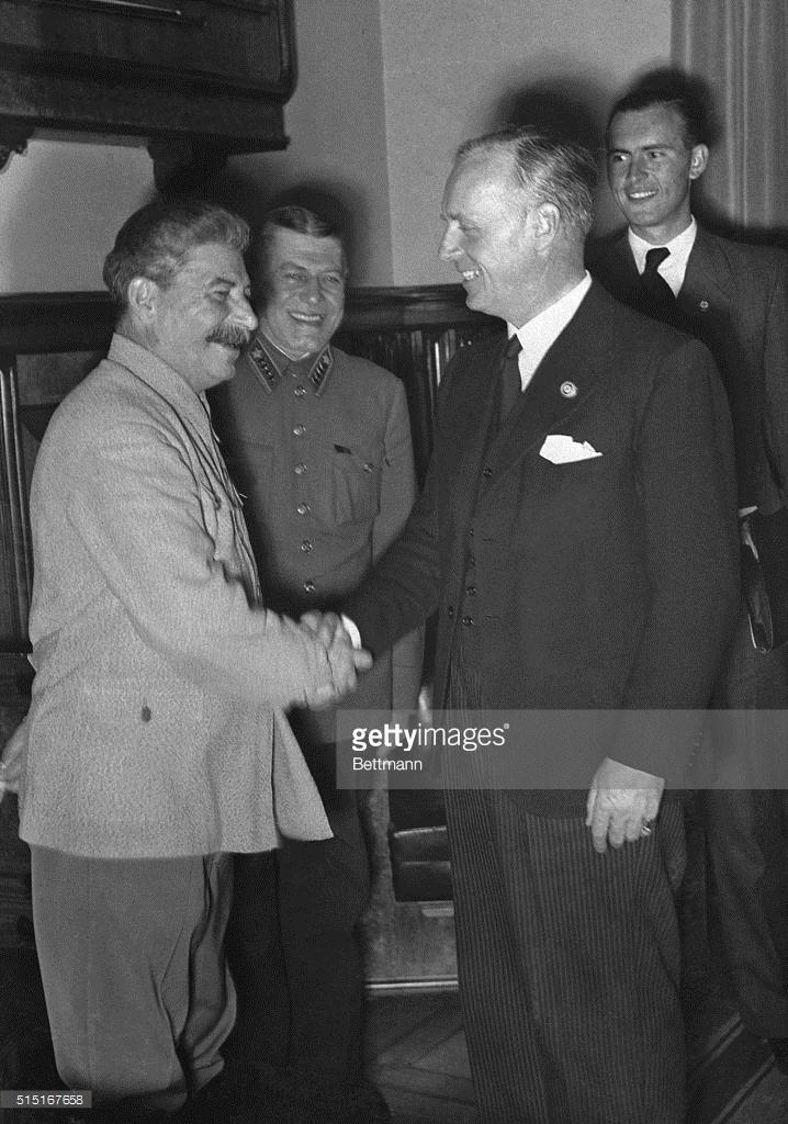 Paco Nazi-Soviétic: Stalin, dictador de la URSS estrechando la mano del Ministro de Asuntos Exteriores Nazi, Joachim von Ribbentrop (condenado a muerte en los juicios en Nuremberg)