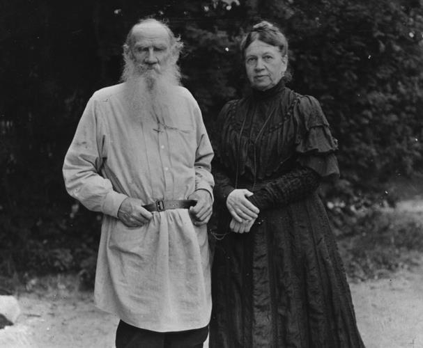 Tolstói y su esposa Sofía quien no pudo seguirlo en su filosofía se vida, por lo que el viejo escritor, con 82 años, decidió abandonar su hogar.