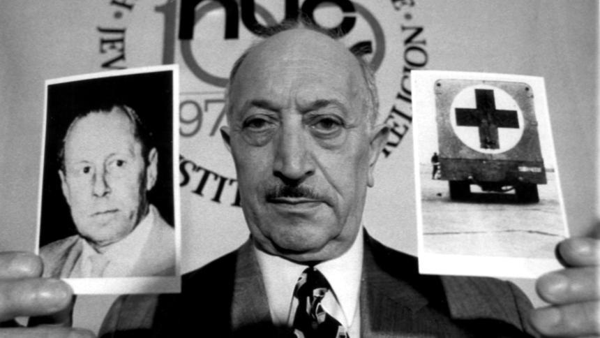 Simon Wiesenthal (con una Foto de Rauff en su mano derecha) no logró la extradición de Rauff desde Chile a Israel