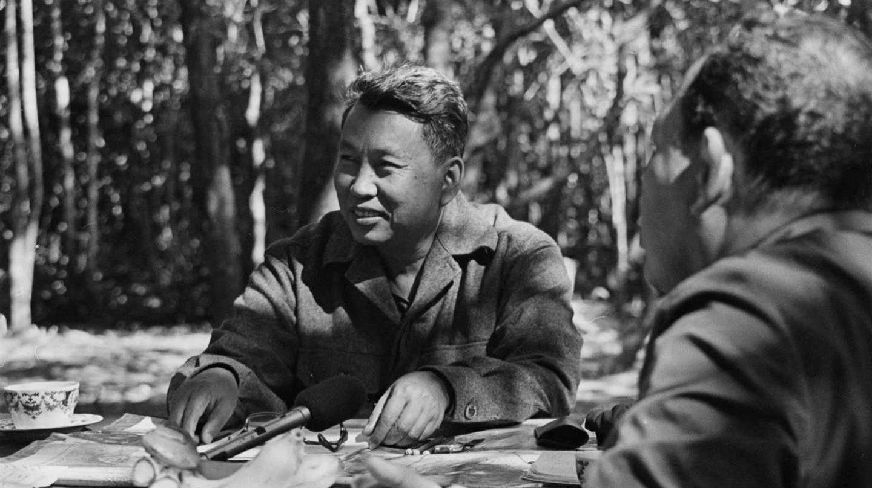 Pol Pot:personaje enigmático, paranoico y violento que ejercía el poder desde el más profundo secretismo. Fue el responsable de poca más del 20% de la población de su país. Condenó a muerte a los explotadores e intelectuales. Paradójicamente el mismo Pol Pot venía de aquel mundo que condenó a muerte.