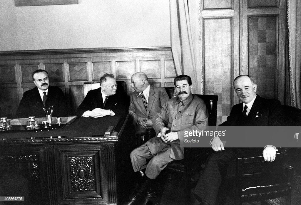 Union Soviética (1935): de izquierda a derecha: Molotov, Lítvinov, Sergei Alexandrovsky (embajador soviétcio en Checoslovaquia), Stalin y el ministro de Asuntos Exteriores checo, Edvard Bebes.