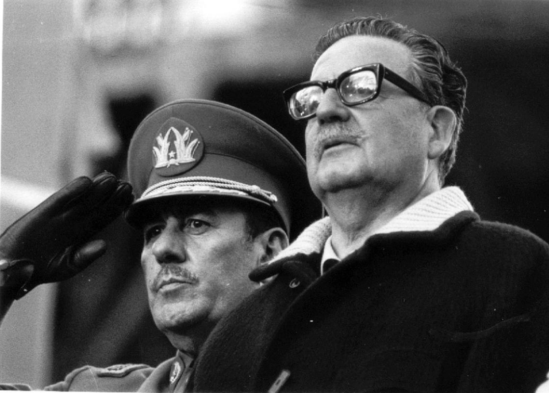 Allende Junto al Comandante en Jefe del Ejército Carlos Prats (1915-1974), Comandante en Jefe del Ejército, Ministro del Interiro y Vicepresidente de la República (1972-1973) y Ministro de Defensa (1973) asesinado junto a su esposa por la Dictadura en Argentina