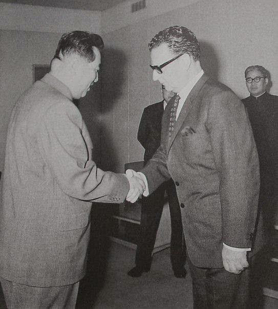El todavía Senador Allende junto a el fundador de Corea del Norte, Kim il Sung en Pyongyang.