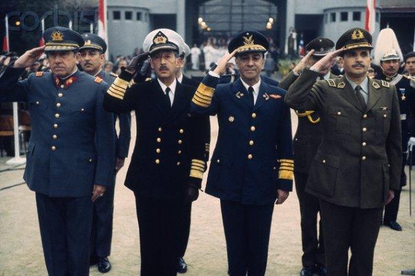 """Junta Militar: Augusto Pinochet (Ejército), José Toribio Merino (Armada), Gustavo Leigh (Fuerza Aérea) y César Mendoza (carabineros). La Junta asumió los poderes Ejecutivo, Legislativo y Constituyente. Mediante el D.L Nº527 Pinochet asumió como """"Jefe Supremo de la Nación"""". Posteriormente mediante una modificación del Decreto, fue electo por la Junta como Presidente."""