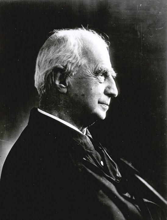 Crescente Errázuriz (1839-1931). Historiador, abogado e intelectual que fue elegido Arzobispo en 1918 por el Papa Benedicto XV. se desempeño también como profesor de Derecho Canónico en la Universidad de Chile