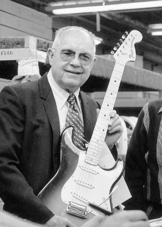 Leo Fender con una Stratocaster
