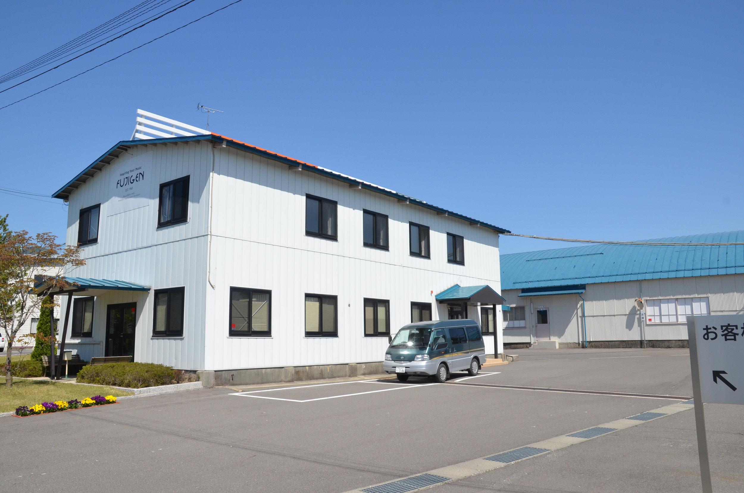 Fabrica de FujiGen (obtenido de https://drowninginguitars.com/2013/07/29/fujigen-gakki-factory-tour/)