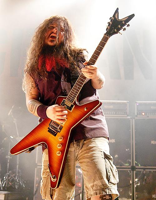 Dimebag Darrel (1966-2004). En el año 2000 con la serie Stealth que se basaba en la Dean ML que el guitarrista estadounidense había popularizado. El modelo de Washburn venía en una versión de gama alta, la ST-3, con mástil encolada y fabricada en EEUU y la ST-2, con un mástil bolt-on y fabricada en Corea. Imagen obtenida de https://www.deanguitars.com/artist?name=dimebag-darrell