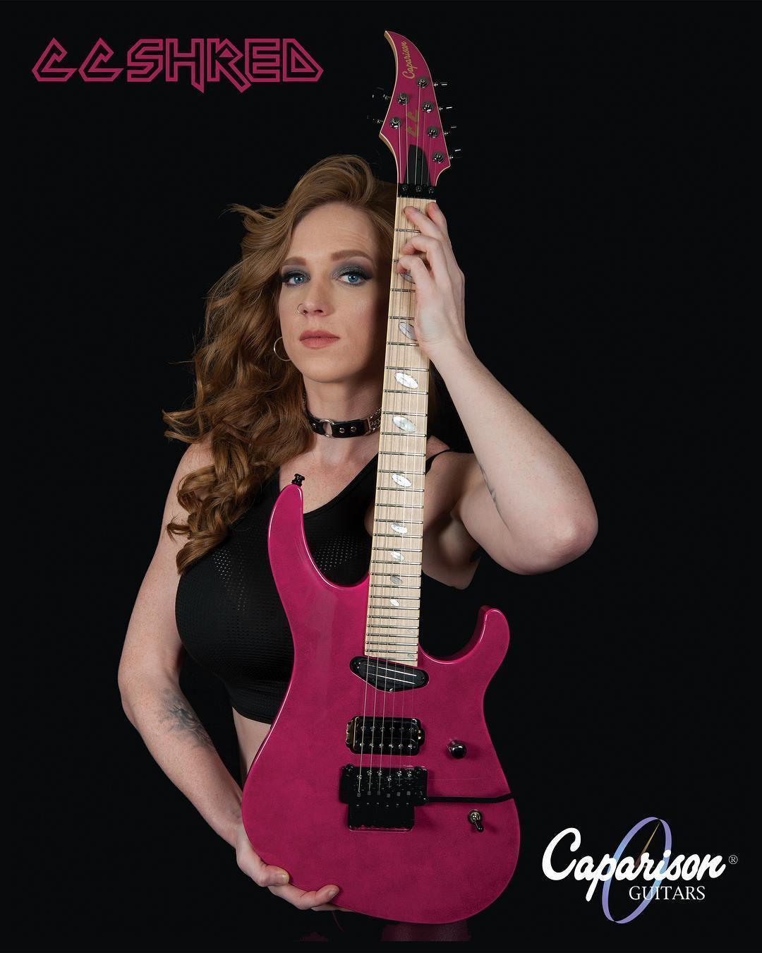 Courtney Cox (obtenido de https://geargods.net/signature-instruments/caparison-guitars-launches-signature-guitar-for-courtney-cox-of-the-iron-maidens/)