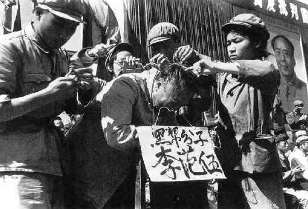 """Profesor detenido y humillado durante la """"Revolución cultural"""" en China bajo Mao, una verdadera orgía de persecuciones sin sentido"""