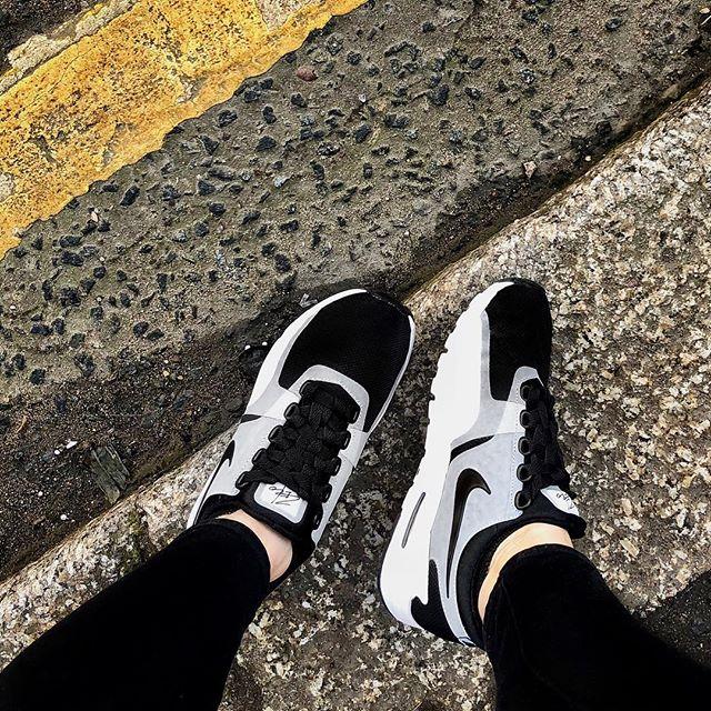 f r e s h kicks 🖤⚪️ #onset #footwear #youknowyouwannaweaveyourlacesnow 😜