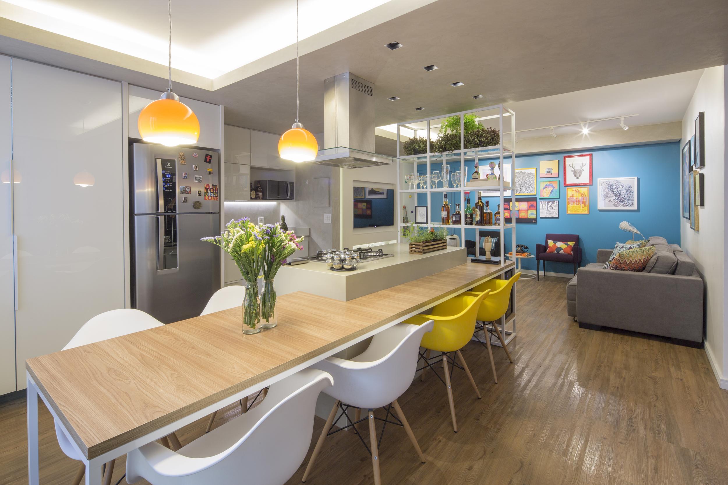 As barreiras entre a sala de tv, sala de jantar, cozinha e área de serviço, se dissolvem a partir de uma trama central permeável.