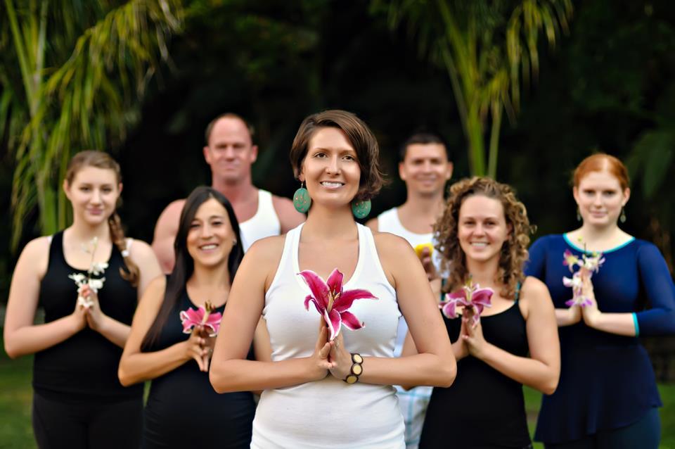 """Kaytee Hoverson, B.A., MNLM, E-RYT - Kaytee Hoverson es una apasionada emprendedora social y viajera. Ha estado en el camino del yoga y del desarrollo personal desde la temprana edad de quince años. Tiene una Licenciatura en Desarrollo Humano con especialización en nutrición y una Maestría en Liderazgo y Gestión sin fines de lucro. Kaytee es fundadora y líder de Momentos Inesperados de Magia Panamá, una organización internacional de trabajo voluntario, dedicada a la capacitación personal en todo el mundo mediante el fomento de la autoexploración a través del emprendimiento social, el voluntariado, la filantropía y el yoga como fuerzas poderosas para impulsar un cambio en el mundo. Ella también es propietaria y administradora de YiA Yoga Health,Healing & Humanitarian Center. El lema de su vida es """"Sé el cambio que deseas ver en el mundo"""" y su objetivo es apoyar a las personas de una manera holística para ayudarlas en la consecución de un cambio positivo dentro de sí mismos, mientras que sirven a los demás. Se especializa en la enseñanza de Vinyasa Yoga, AcroYoga, Yoga restaurativa, Yin/Yang Yoga,Yoga Terapéutico, Masaje Thai Yoga y Yoga para Niños y Familias. Es una verdadera creyente en la difusión de la gratitud, el pensamiento positivo y el amor propio a través de la práctica. Es una entusiasta ciudadana del mundo y aventurera espiritual, habiendo viajado por más de 30 países."""