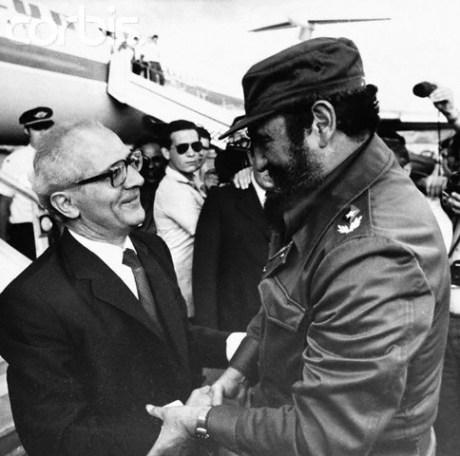 Erich Honecker es recibido por Fidel Castro en La Habana en 1974.Image by © Hulton-Deutsch Collection CORBIS