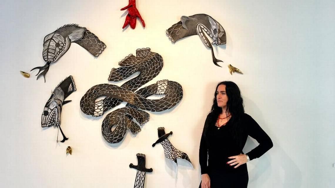 La artista española Susana Guerrero, frente a la obra 'La Mare dels Peixos', 2017, xilografía sobre piel y cerámica.  SUSANA GUERRERO/CCEMIAMI  CORTESÍA
